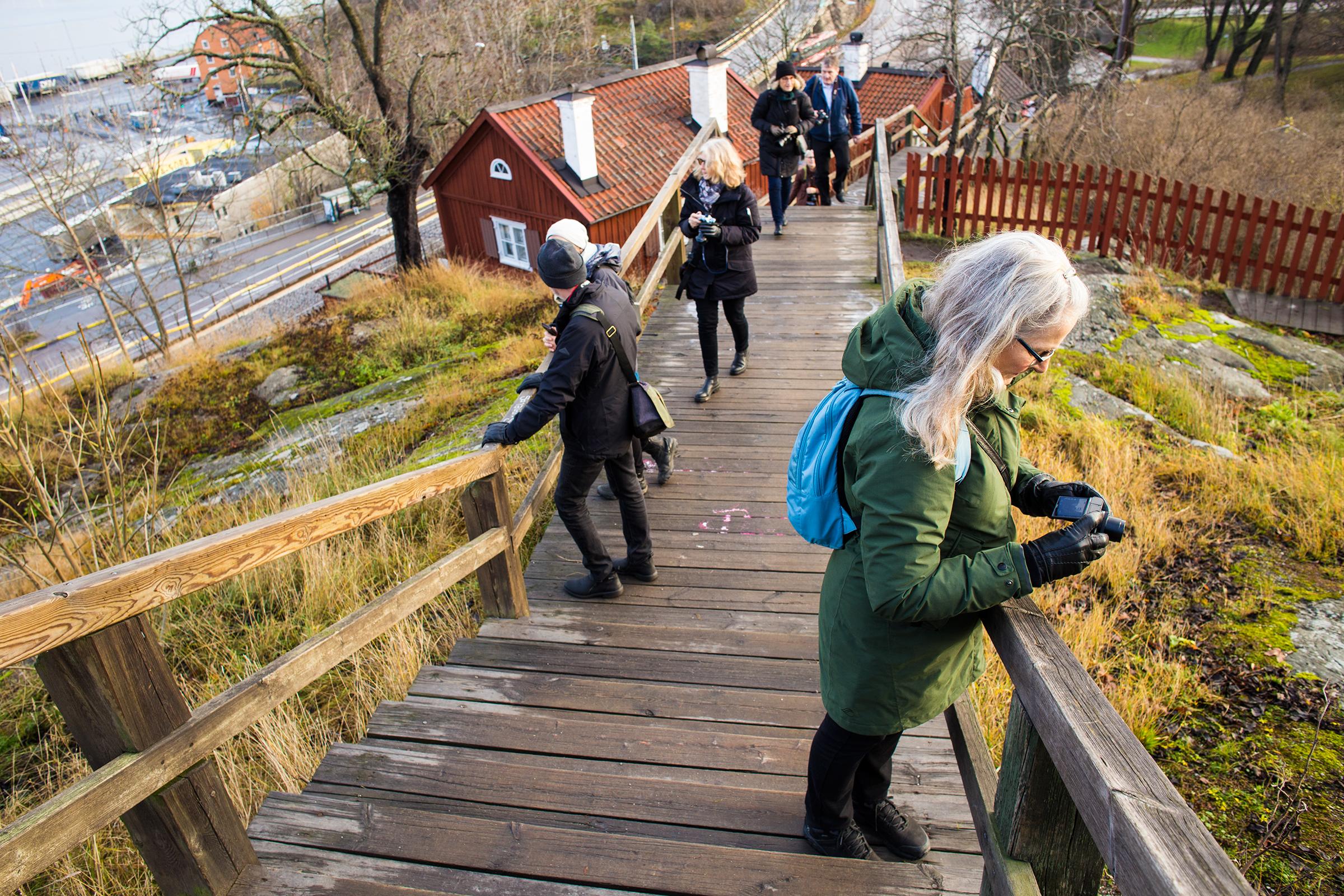 Bild på fotograferande seniorer uppför en trapp